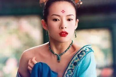 她是《艺伎回忆录》里的小百合,活在面具下隐藏爱慕之心.▼-章子图片