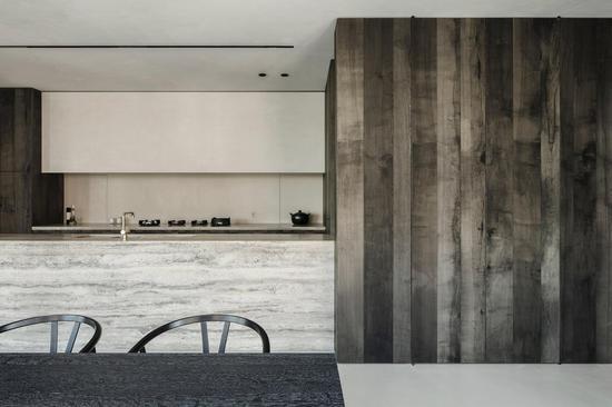 公寓内定制的黑橡木家具由 de feyter 与家具设计师蒂姆?