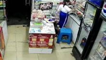 监拍女童店铺收拾东西 遭陌生男子强行掳走
