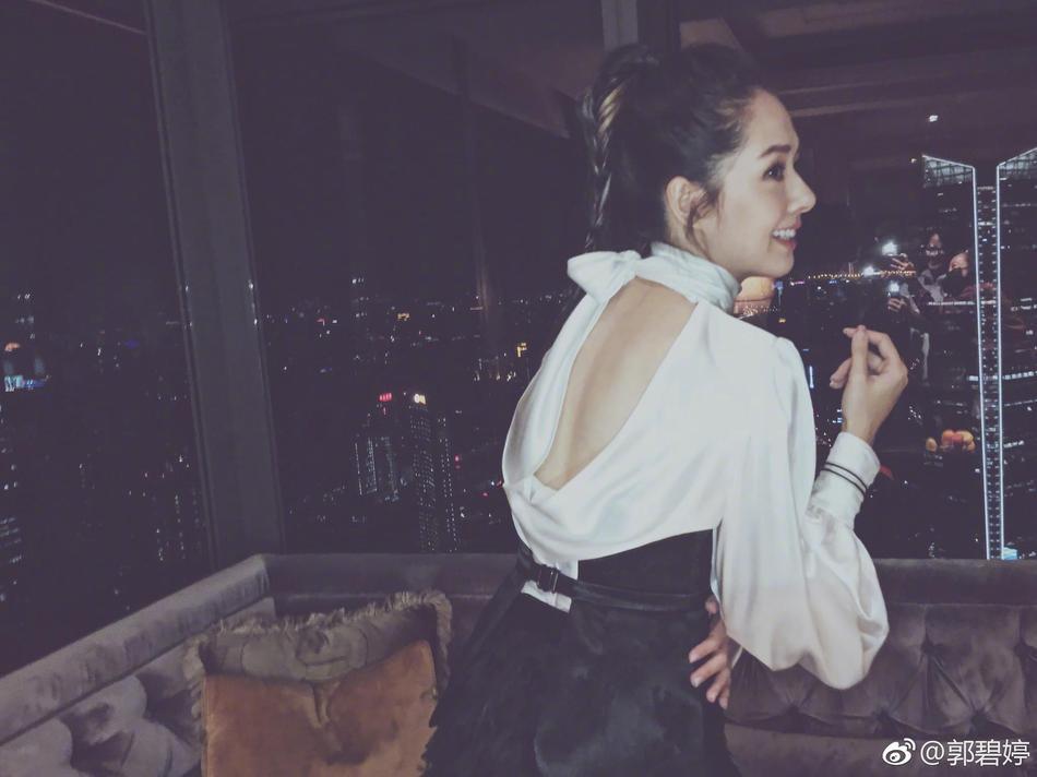郭碧婷穿超短裙秀逆天长腿 玉背出镜气质优雅