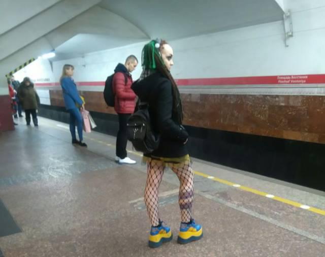 地铁上的怪人总是很多图片