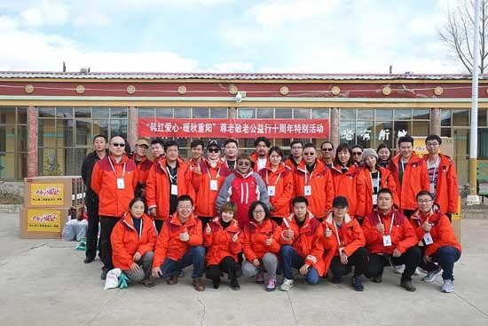 韩红赴藏区陪伴老人  公益之余与记者共度节日