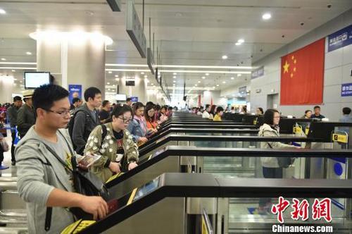 浦东机场口岸:新增自助通道满月 40余万中外旅客受益