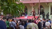 印尼一对男女因婚外情当众受鞭刑