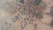 美217人同时跳伞组成壮丽花朵刷新世界纪录