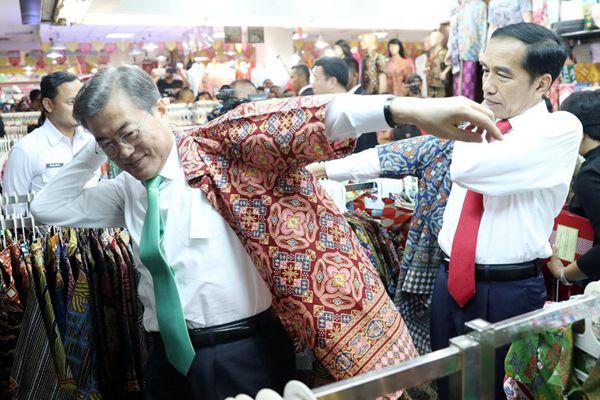 文在寅与印尼总统逛商场 试衣服喝果汁