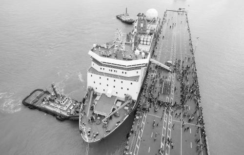 """图说: 停靠在上海港口的""""雪龙""""号"""