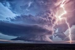 摄影师拍超级细胞雷暴云 似原子弹爆炸