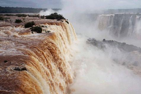 超震撼!伊瓜苏瀑布因降雨流量增大两倍