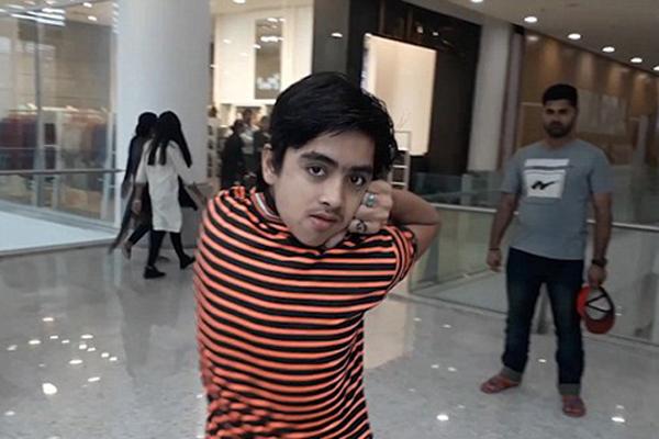 巴基斯坦14岁少年练得特技头部可转180度