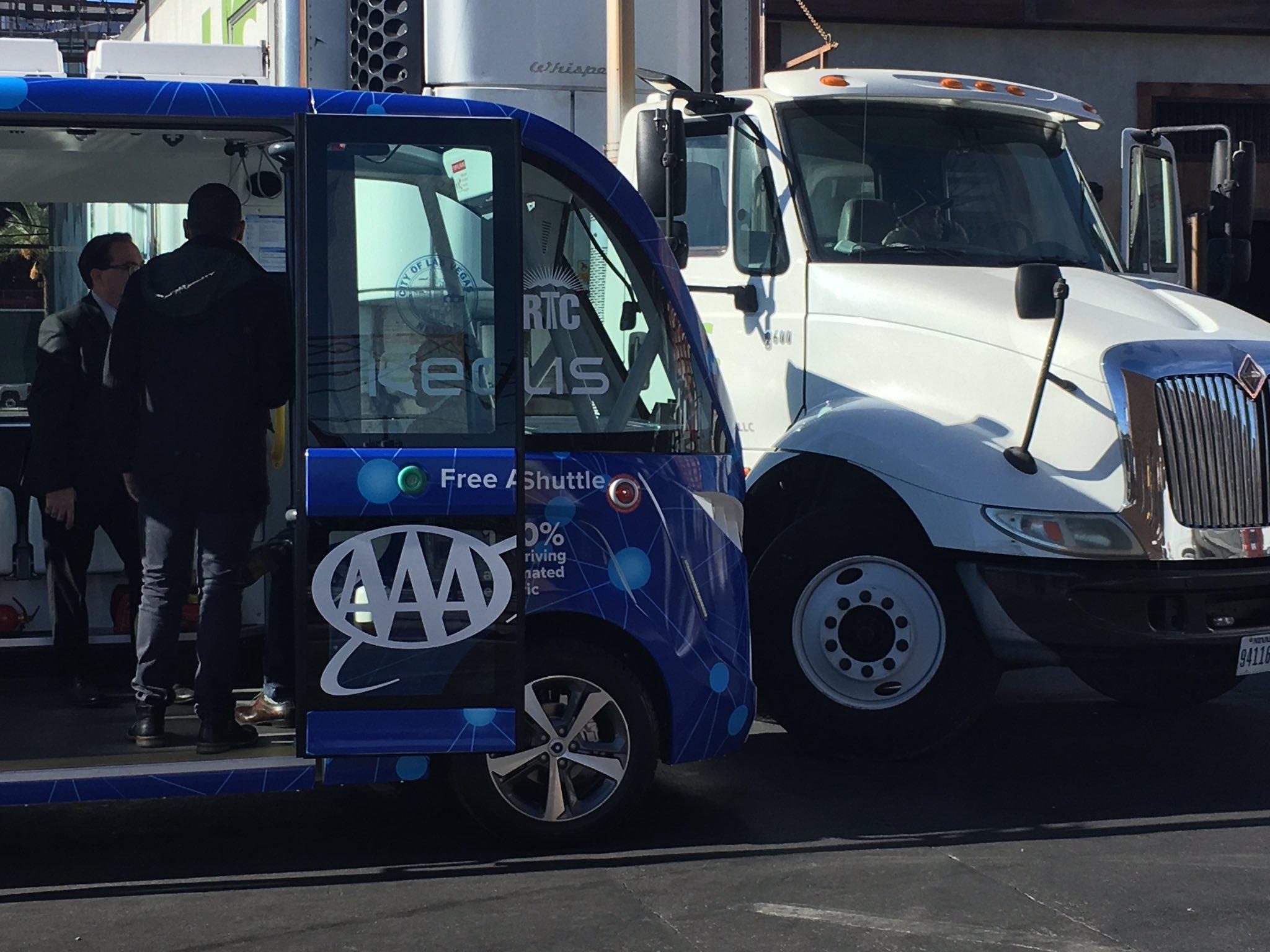 自动驾驶巴士上路第一天撞了 人类司机的锅