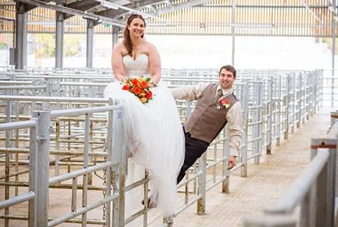 特别!英年轻情侣在牲畜市场举行婚礼