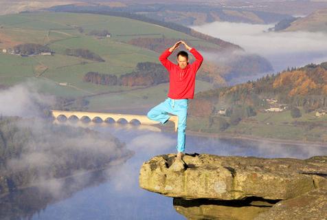 英男子悬崖边练瑜伽 在云端放飞自我
