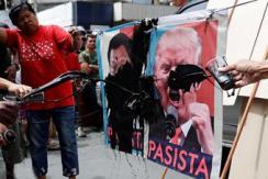特朗普访菲遭民众抵制 海报被泼墨