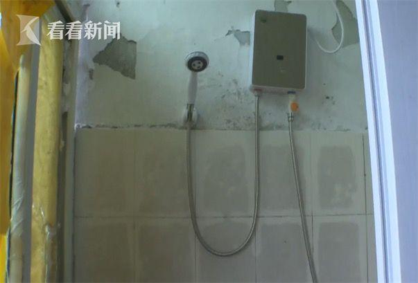 男租客洗澡从不拉窗帘 对楼女邻居不好意思上阳台
