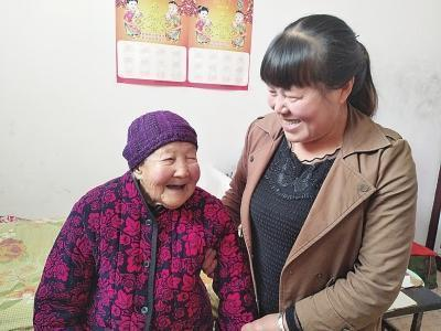 54岁孙媳悉心照顾103岁奶奶 每天为奶奶穿衣梳头