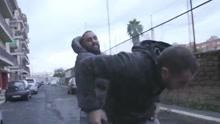 记者采访罗马黑手党遭暴打 鼻梁断裂扔坚持拍摄