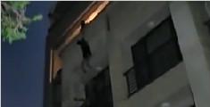 母亲单手紧拉跳楼儿子 20秒后目睹儿子下坠