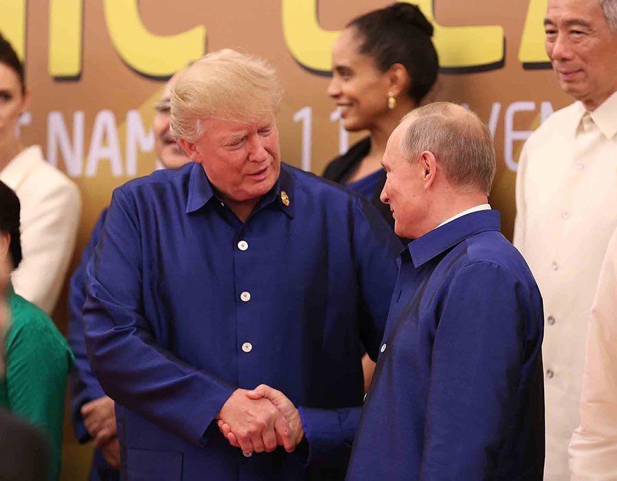 特朗普和普京在APEC峰会上互致问候并握手