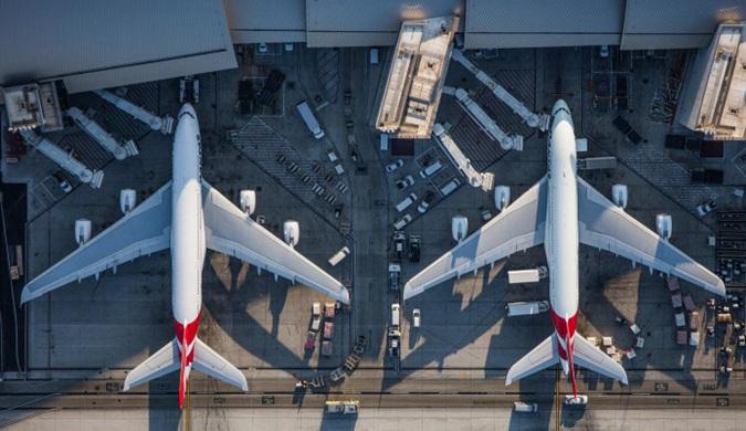 美国艺术家麦克·凯利展示客机的完整生命历程