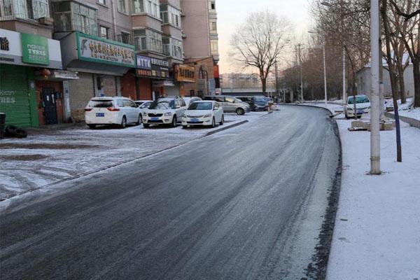 哈尔滨雪后道路结冰 路面光滑如镜