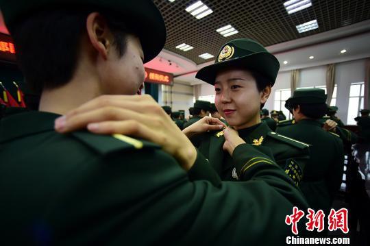 """400余名应届大学毕业生成为部队""""准警官"""""""