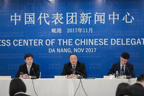 外交部国际经济司司长张军在岘港中国代表团新闻中心向中外媒体吹风