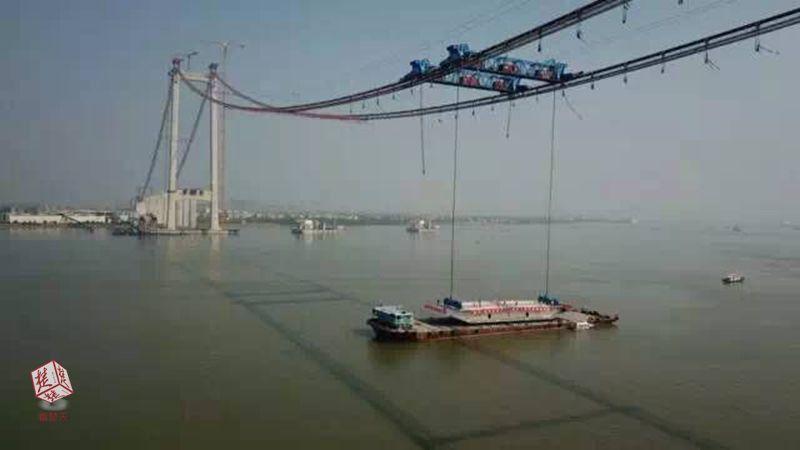 272吨!中国造世界最宽悬索桥首片钢箱梁架设成功