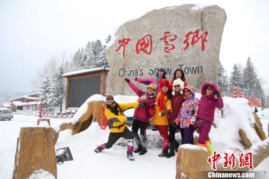 中国雪乡降雪开园 游客点赞东北民俗