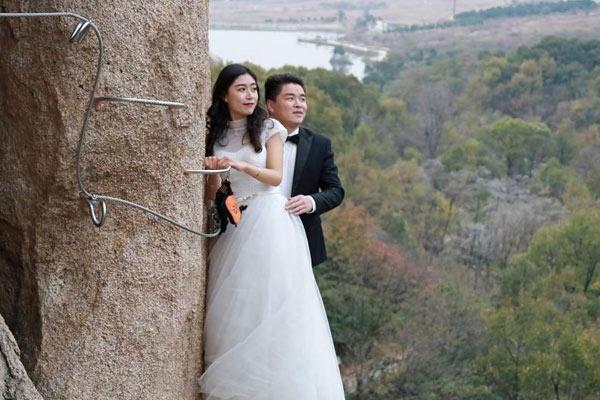 情侣悬崖峭壁拍婚纱照 唐僧悟空师徒围观祝福