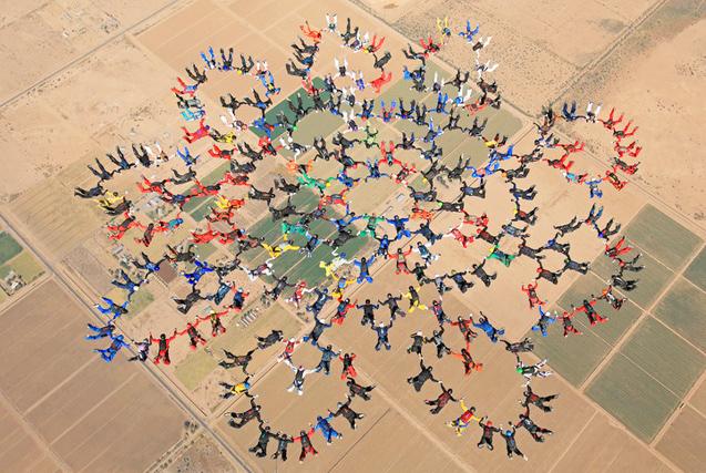 环球图片一周精选 217人花样跳伞破纪录
