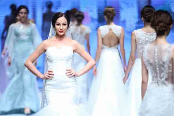 模特婚纱礼服周上展华服 精美霓裳令人称奇