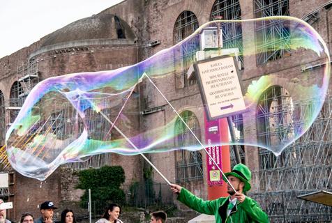 罗马街头艺人肥皂泡表演 引人驻足