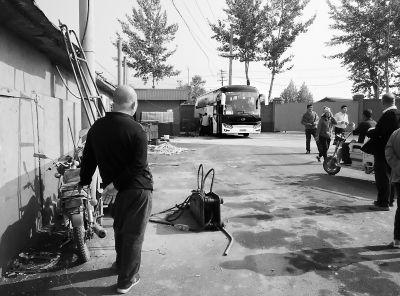 北京十三陵附近农家院暗藏加油机 游客吸烟没人阻止