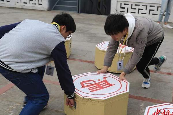 武汉一高校举办象棋比赛 每个棋子重约140斤