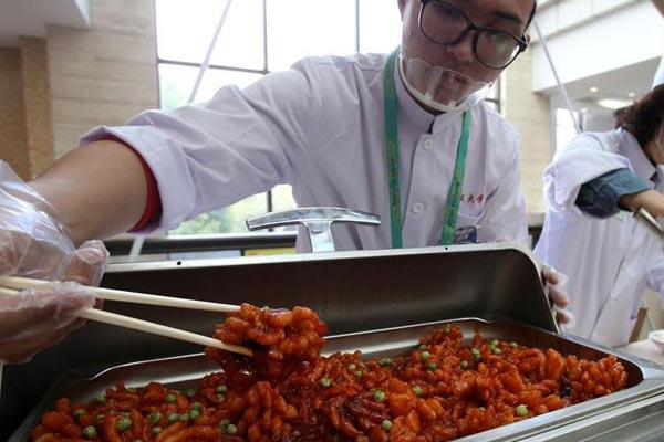 上海举行高校美食节 15所学校比拼食堂菜