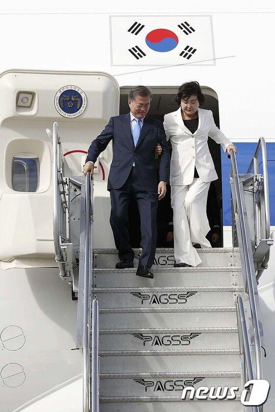 韩总统文在寅偕夫人抵达菲律宾出席东盟峰会 手挽手