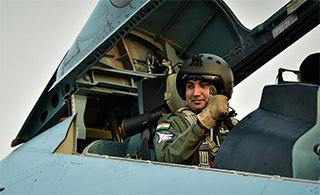 印飞行员乘坐俄战机竖起大拇指