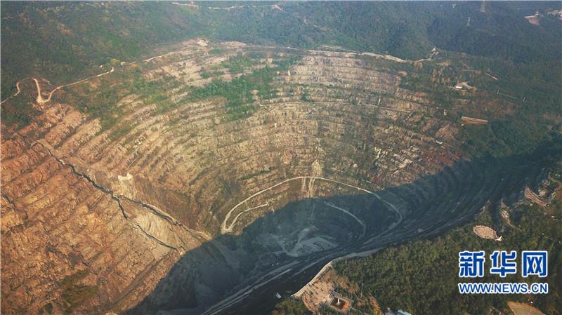 """航拍中国首个国家矿山公园 俯瞰""""亚洲第一天坑"""""""