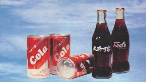 (图为天府可乐经典的玻璃瓶和易拉罐包装)