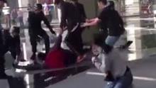 年轻女孩遭持刀挟持 男子完美近身摔解救人质