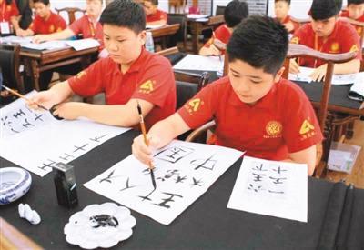 中国侨网图为印度尼西亚和泰国的华裔青少年学习华文。    据中新社
