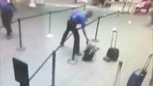 机场安保特工秒出手抓起冒烟行李带离人群