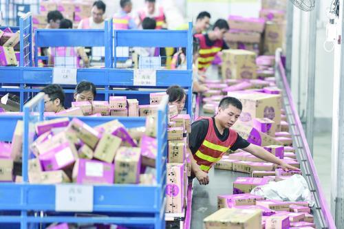 """12日,广州南沙保税仓内,""""双11""""货物正在分拣。"""