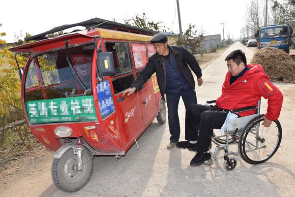 高位截瘫男子为养家身挂尿袋开三轮