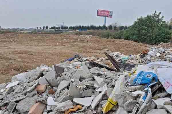 """高速公路旁现""""荒地生意"""" 圈地设垃圾场收费"""