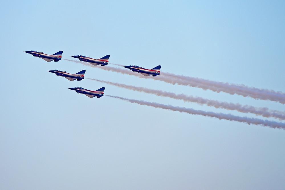 八一飞行表演队亮相迪拜航展 中国观众感动流泪军事新闻中国军事大新闻