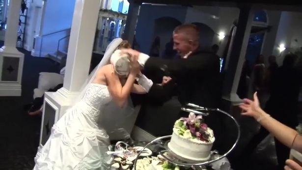 是真爱?英新郎婚礼上用蛋糕频频恶搞新娘