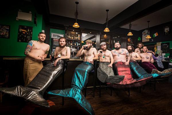 """加拿大男子为慈善穿上人鱼服变身""""男人鱼"""""""