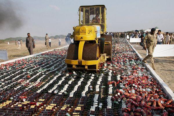 巴基斯坦销毁大批非法酒精制品及走私毒品